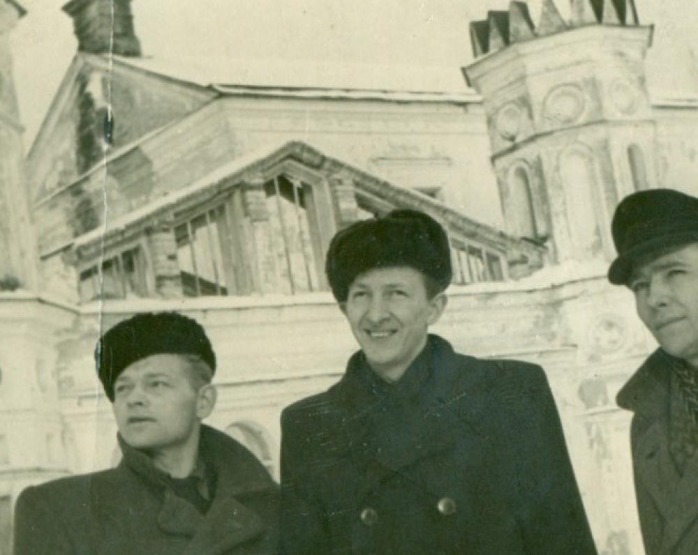 P. Širvys su dviem draugais prie Raudonės pilies. Jurbarko r., 1955 m. sausio 16 d.