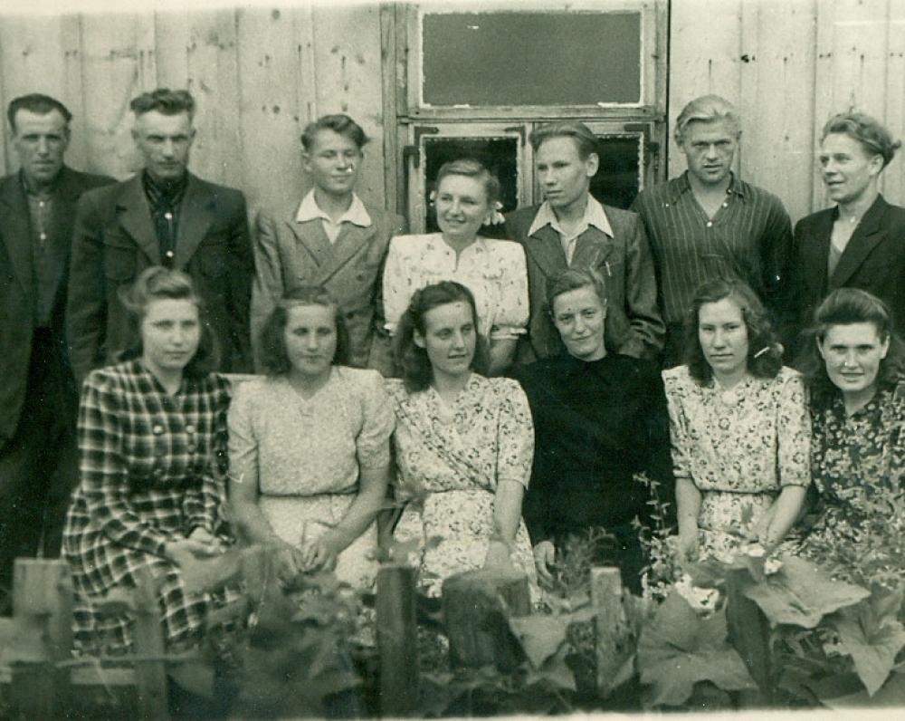 """P. Širvys su kolegomis – laikraščio """"Spalio pergalė"""" redakcijos ir spaustuvės darbuotojais. Pandėlys, 1951 m. liepos 29 d."""