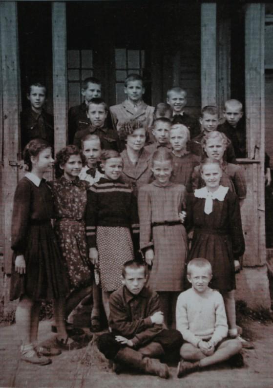 Paauglystė. Danutė – pirma iš kairės. Apie 1958–1959 m.