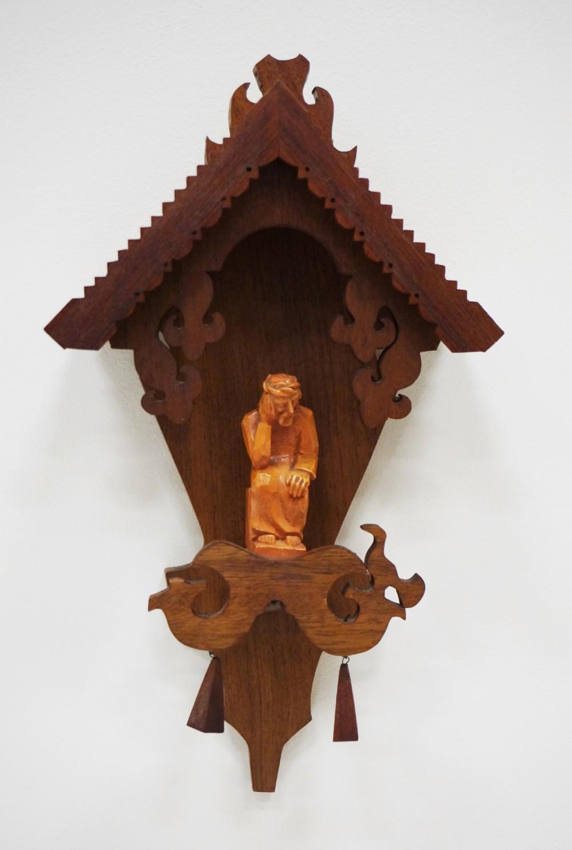 Pakabinama koplytėlė. Autorius nežinomas. (Medis, keramika, drožyba)