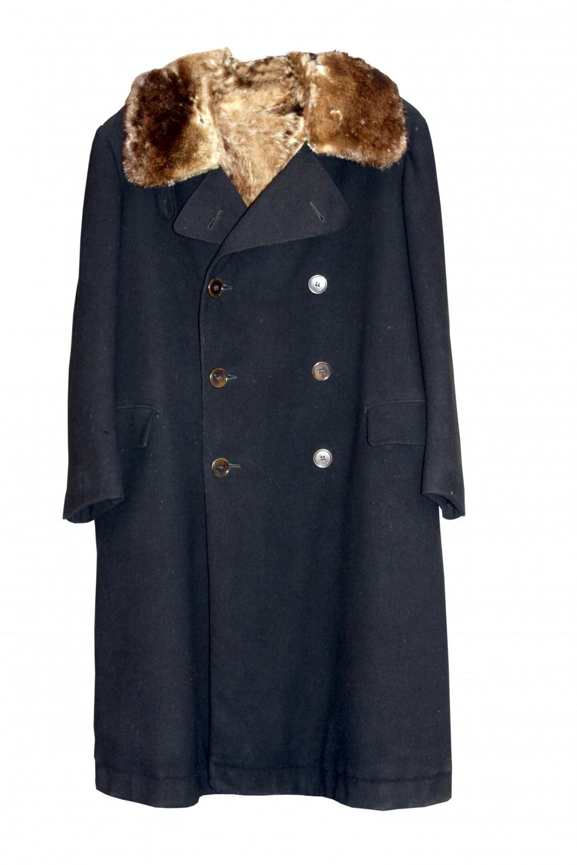 Paltas pasiūtas iš angliškos vilnonės medžiagos, pamuštas usūrinio šuns – janoto – kailiu. J. Tumas-Vaižgantas paltą vadino janotiniais kailiniais arba putra