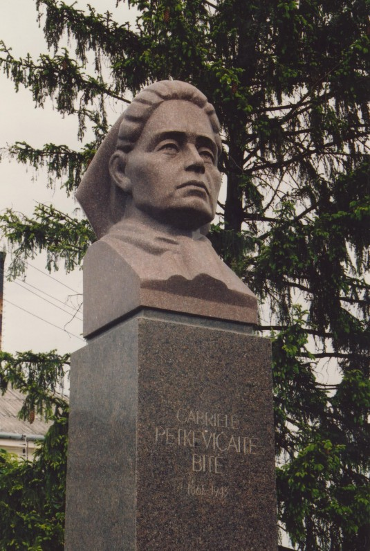 Paminklas G. Petkevičaitei Joniškėlyje. Skulptorius Antanas Dimžlys. Atidengtas 1994 m.