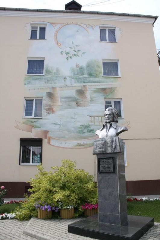 Paminklas K. Donelaičiui Gumbinėjė (dabar – Gusevas), pastatytas 2004 m. (skulptorius V. Chvalėjus). Gumbinės senamiesčio bažnyčioje 1714 m. buvo pakrikštytas K. Donelaitis