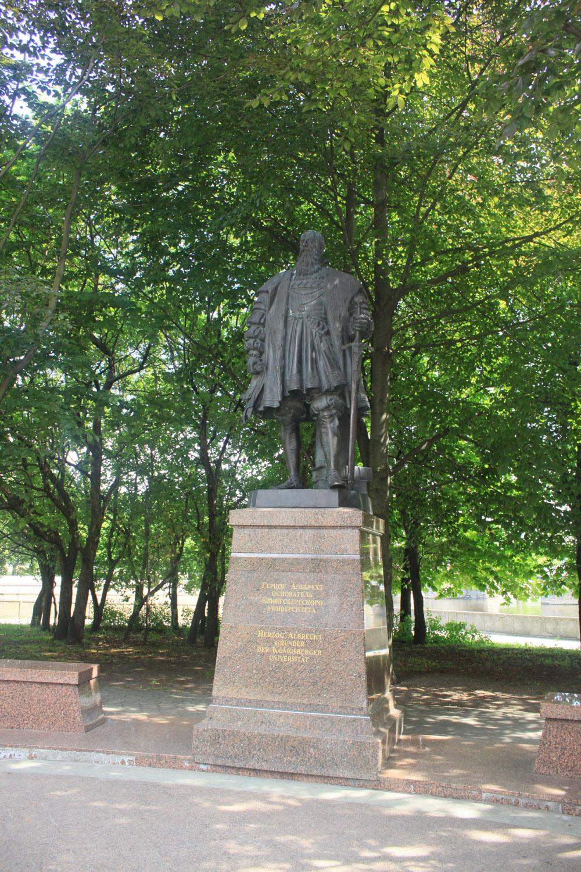 Paminklas Karaliaučiaus universiteto įkūrėjui Prūsijos kunigaikščiui Albrechtui Brandenburgiečiui