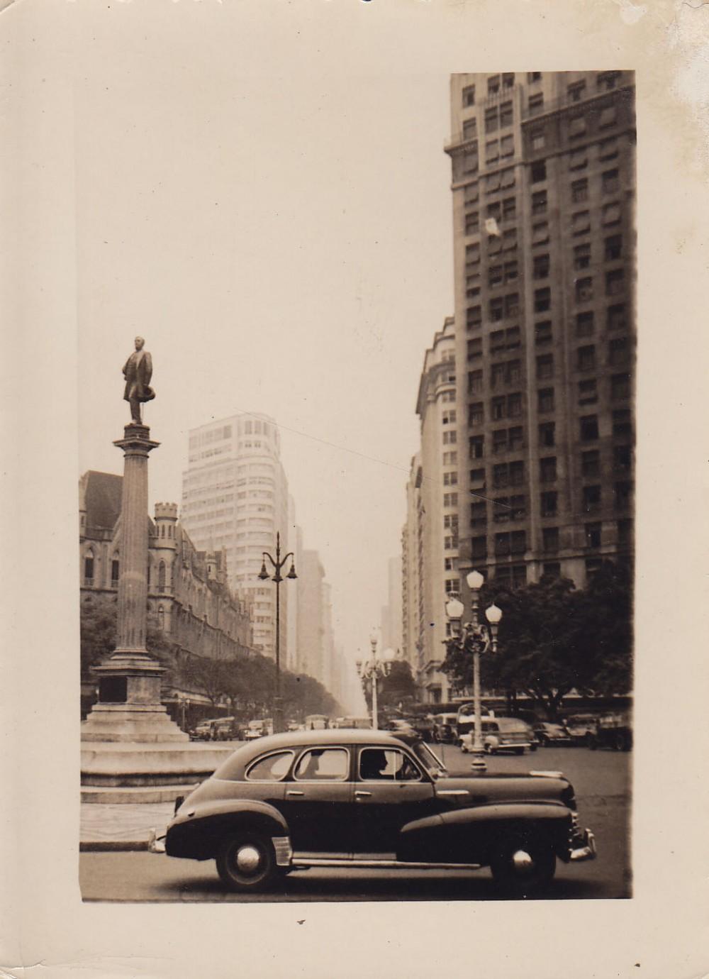 Paminklas miesto aikštėje. Brazilija, apie 1946–1950 m.