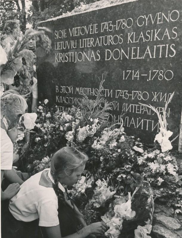 Paminklinio akmens K. Donelaičiui atidengimo iškilmės Tolminkiemyje. 1964 m. Gėles deda Kybartų moksleiviai
