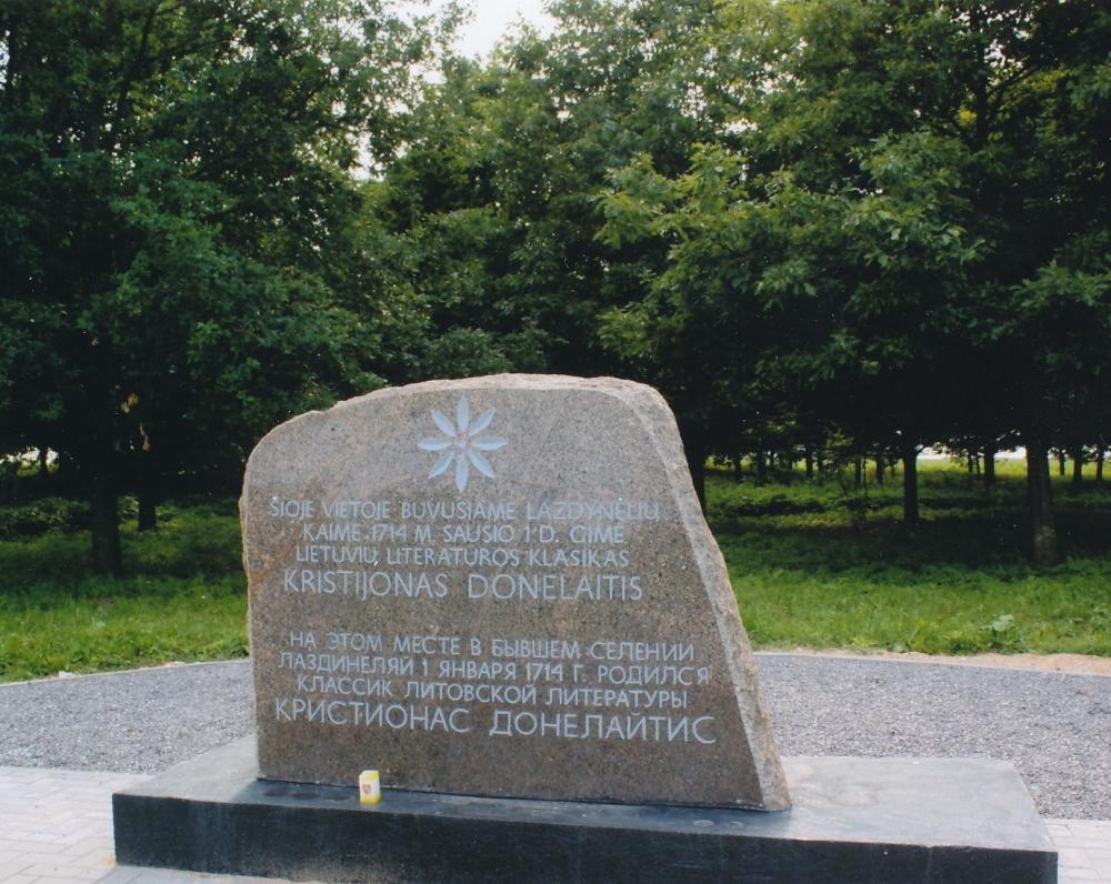 Paminklinis akmuo gimtuosiuose K. Donelaičio Lazdynėliuose, pastatytas 1992 m. (architektas Napalys Kitkauskas, meistras Vilius Orvydas)