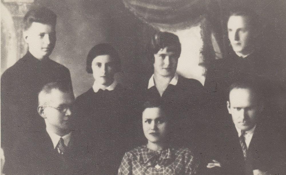 """Panevėžio valstybinės mergaičių gimnazijos """"Lindės–Dobilo"""" meno kuopos valdyba ir nariai. 1935 m. Pirmoje eilėje viduryje – S. Bačinskaitė"""