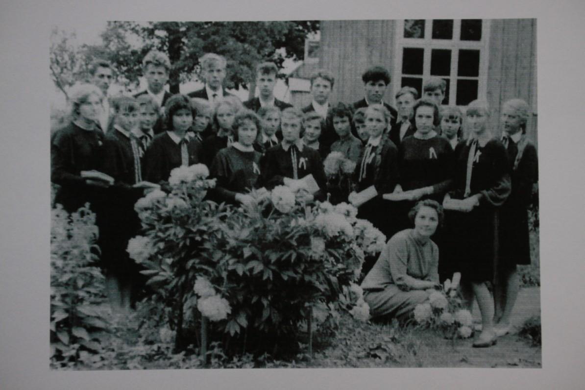 Paskutinis skambutis Lenkimų vidurinėje. Danutė Paulauskaitė – pirma iš kairės. 1963 m.