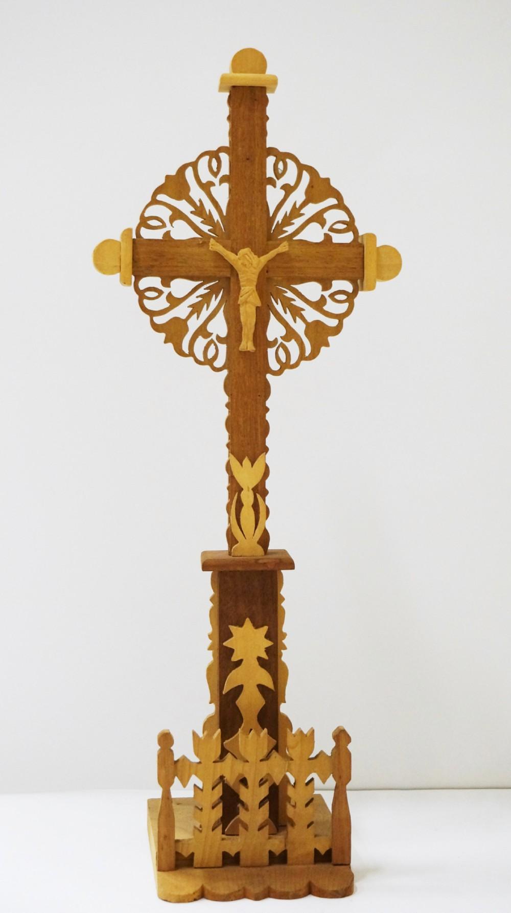 Pastatomas kryžius su tvorele. Autorius nežinomas. (Medis, drožyba)