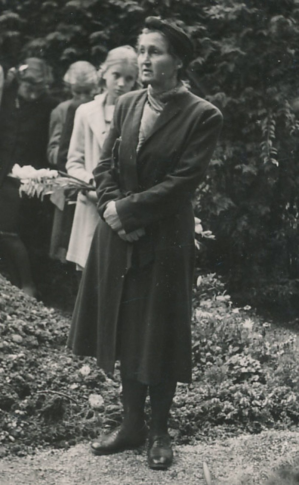 Petronėlė Orintaitė Augsburgo kapinėse sako kalbą. Apie 1948 m.