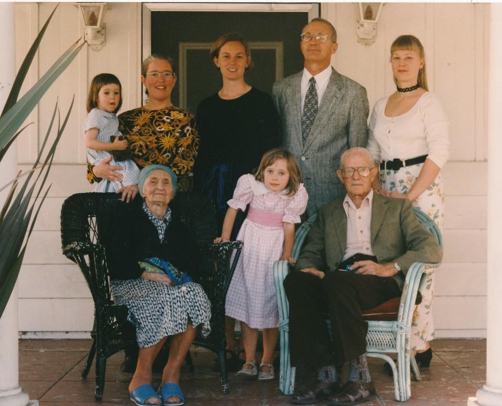 Petronėlė Orintaitė su šeima. Los Andželas, 1995 m. vasario 18 d.