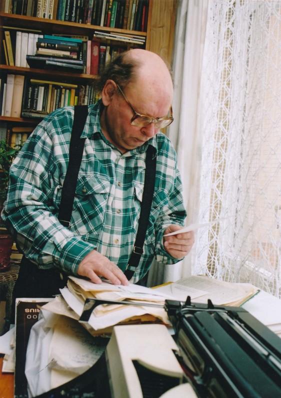 Poetas ieško prapuolusių rankraščių. 2004 m. Z. Baltrušio fotografija