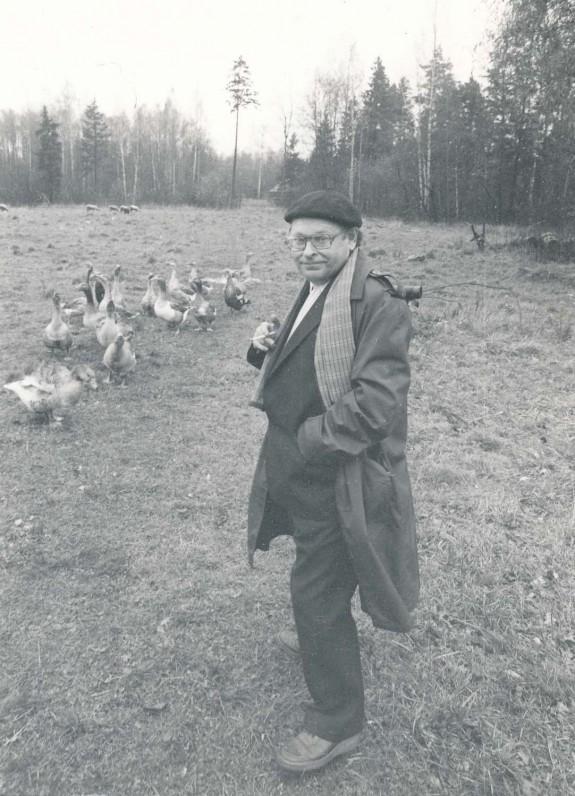 Poetas tėviškėje su žąsimis. Putauskų kaime Panevėžio r. 1984 m. R. Rakausko fotografija