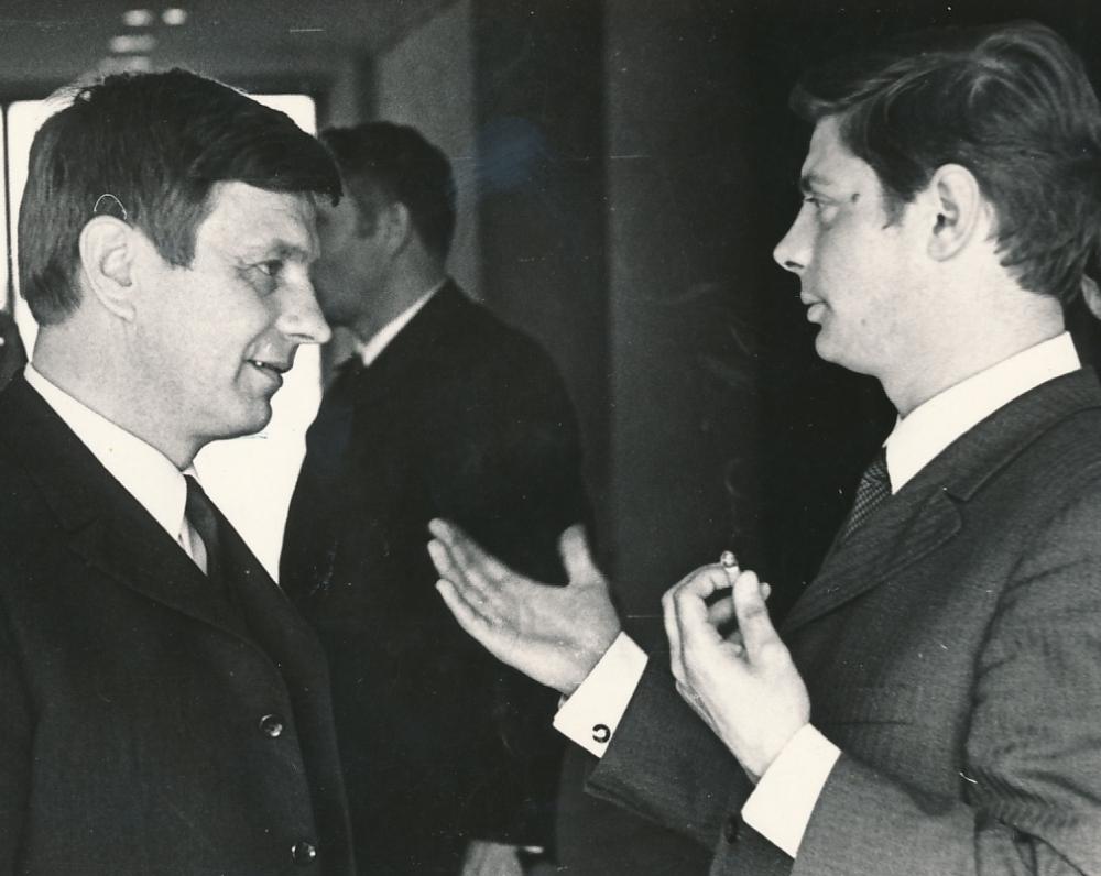 Pokalbis su Justinu Marcinkevičiumi Lietuvos rašytojų sąjungos suvažiavimo metu. Vilnius, 1972 m.