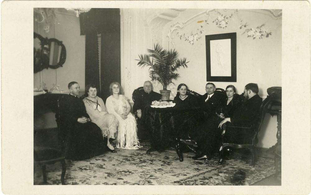 Popietė Maironio mažojoje svetainėje. Apie 1930 m. | Afternoon on Maironis' small site. About 1930
