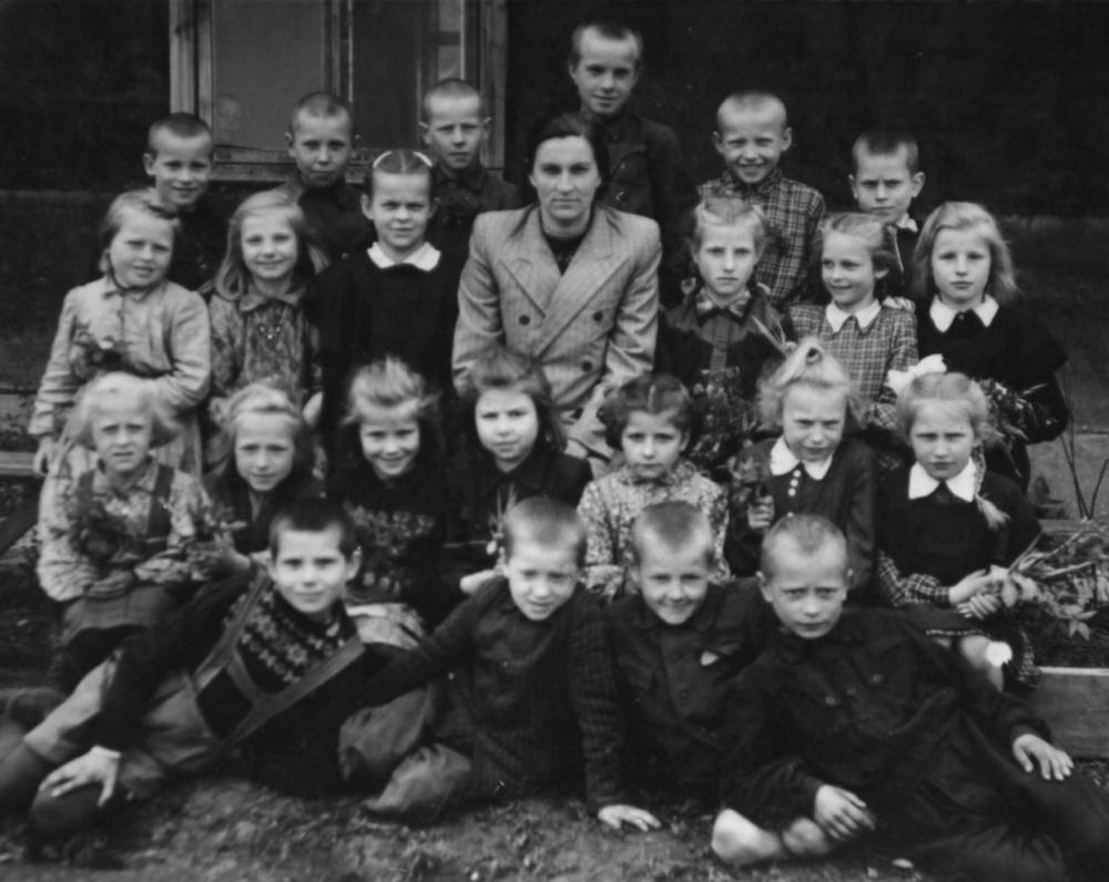 Pradinukai su mokytoja. Danutė – antroje eilėje ketvirta iš kairės. Apie 1952 m.