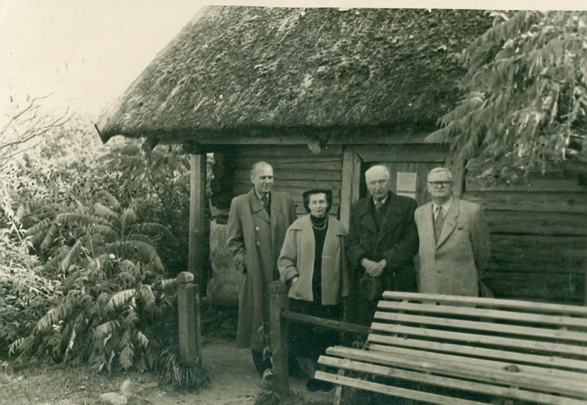 Prie A. Baranausko klėtelės stovi – V. Miliūnas, E. Venclovienė, A. Vienuolis-Žukauskas ir A. Venclova. Anykščiai, 1956 m.