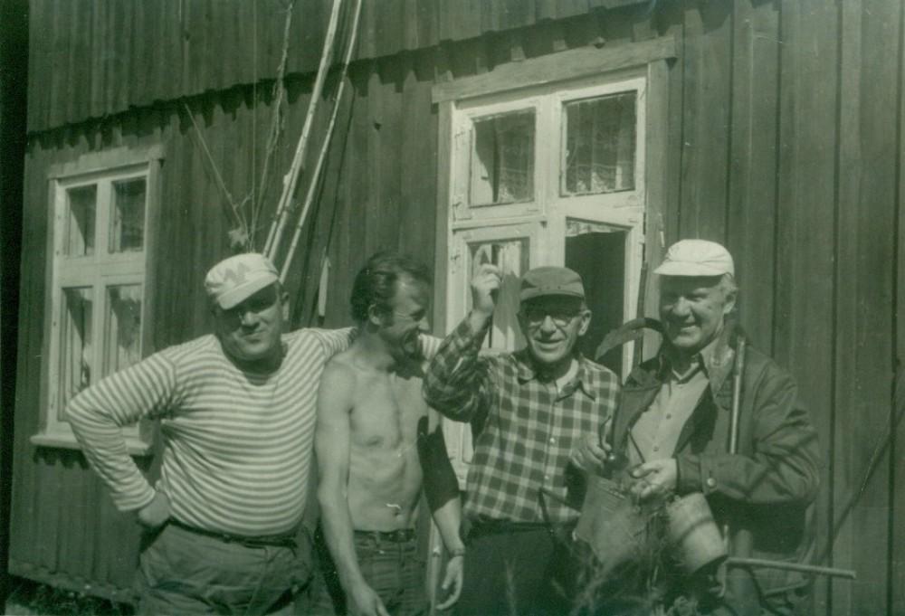 Prie V. Miliūno vasarnamio stovi iš dešinės – V. Miliūnas, A. Žukauskas, K. Ambrasas. Nida, 1972 m.
