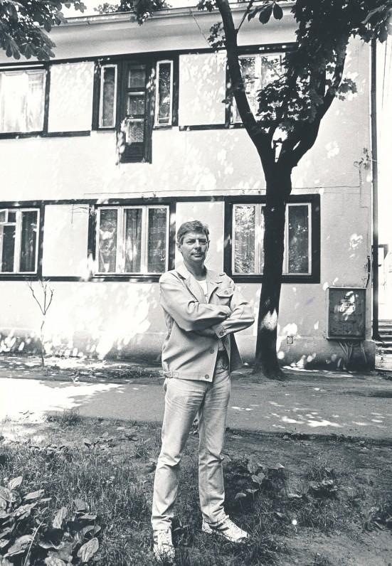 Prie gimtojo namo P. Vaičaičio gatvėje Kaune. 1987 m. R. Rakausko nuotrauka