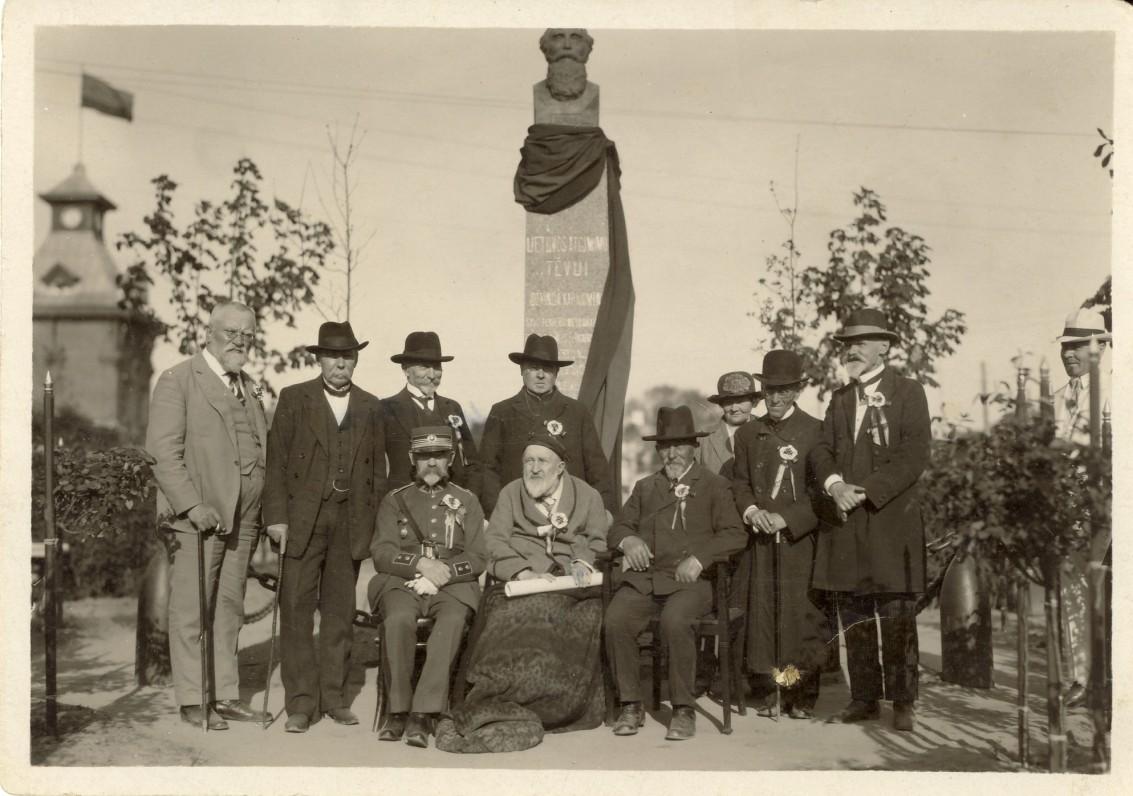 Prie paminklo J. Basanavičiui Karo muziejaus sodelyje. 1925 m. | At the monument to J. Basanavičius in the garden of the Military Museum. 1925