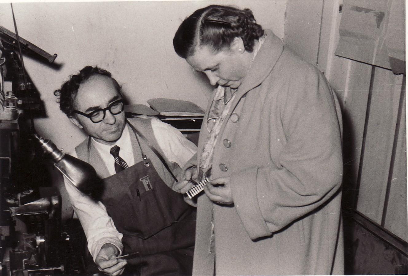 """B. Brazdžionis su E. Tumiene prie linotipo """"Lietuvių dienų"""" leidyklos spaustuvėje Los Andžele 1956 m."""