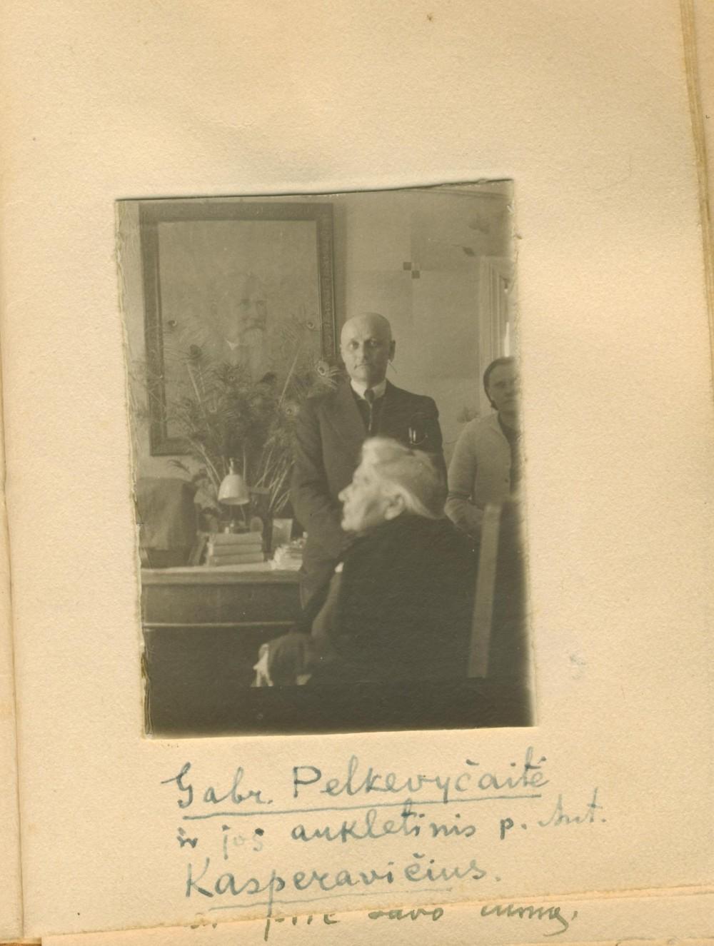Puslapis iš A. Naujokaičio albumėlio. G. Petkevičaitė ir jos globotinis Antanas Kasperavičius. Panevėžys. 1942 m.