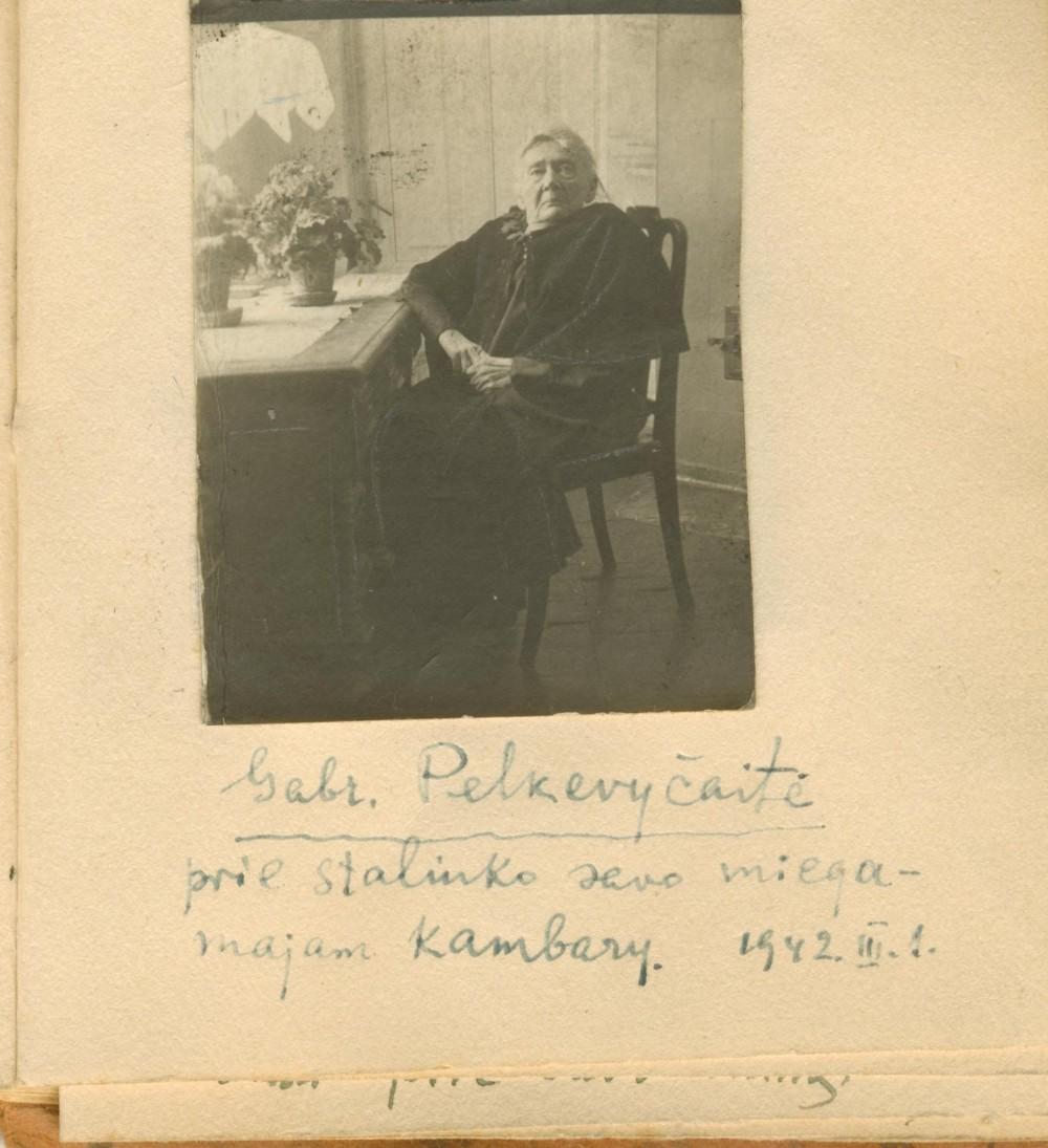 Puslapis iš A. Naujokaičio albumėlio. G. Petkevičaitė savo namuose Panevėžyje. 1942 m.