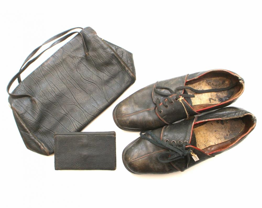 Rašytojos bateliai, piniginė ir rankinukas