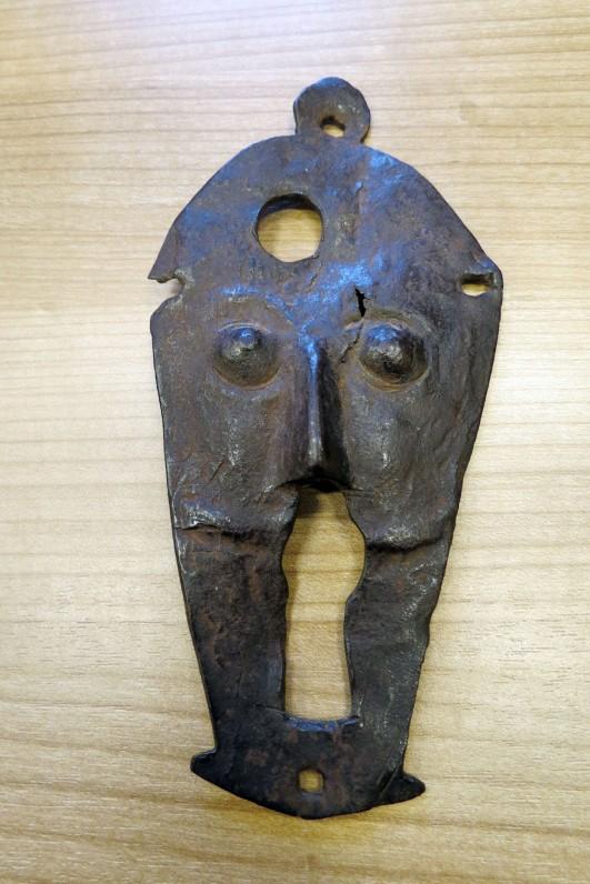 Rumšiškių bažnyčios varpinės užrakto geležinė kaukė, dydis 8 cm x 17 cm