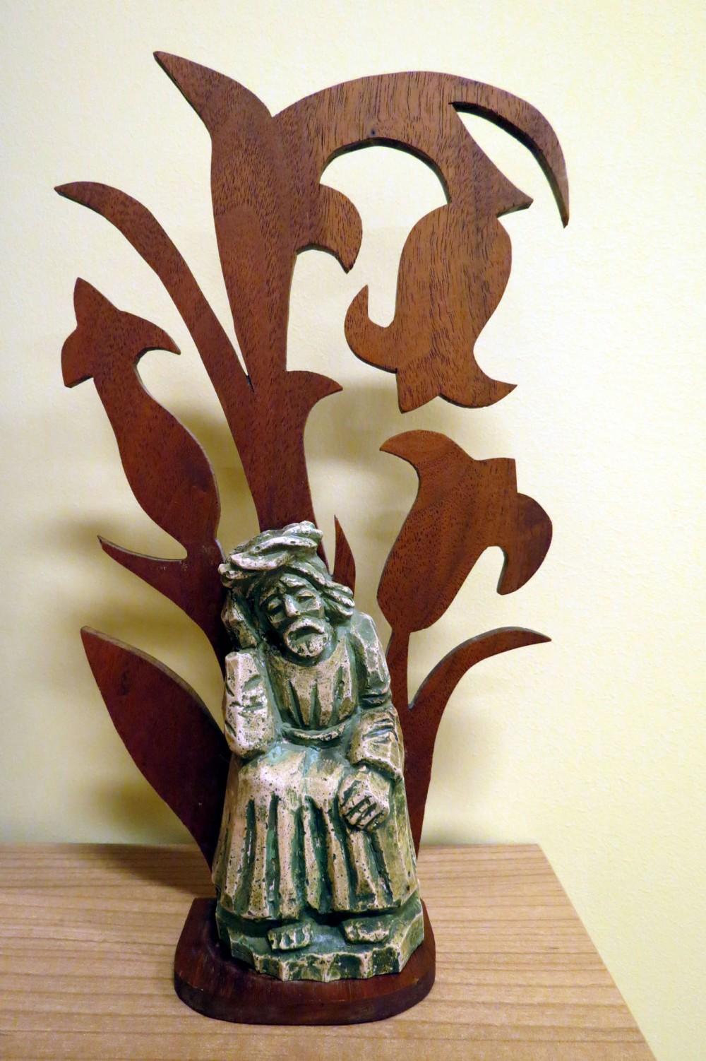"""Rūpintojėlis ant tulpių formos drožinio. Pavadinta """"Susimąstęs Kristus"""""""