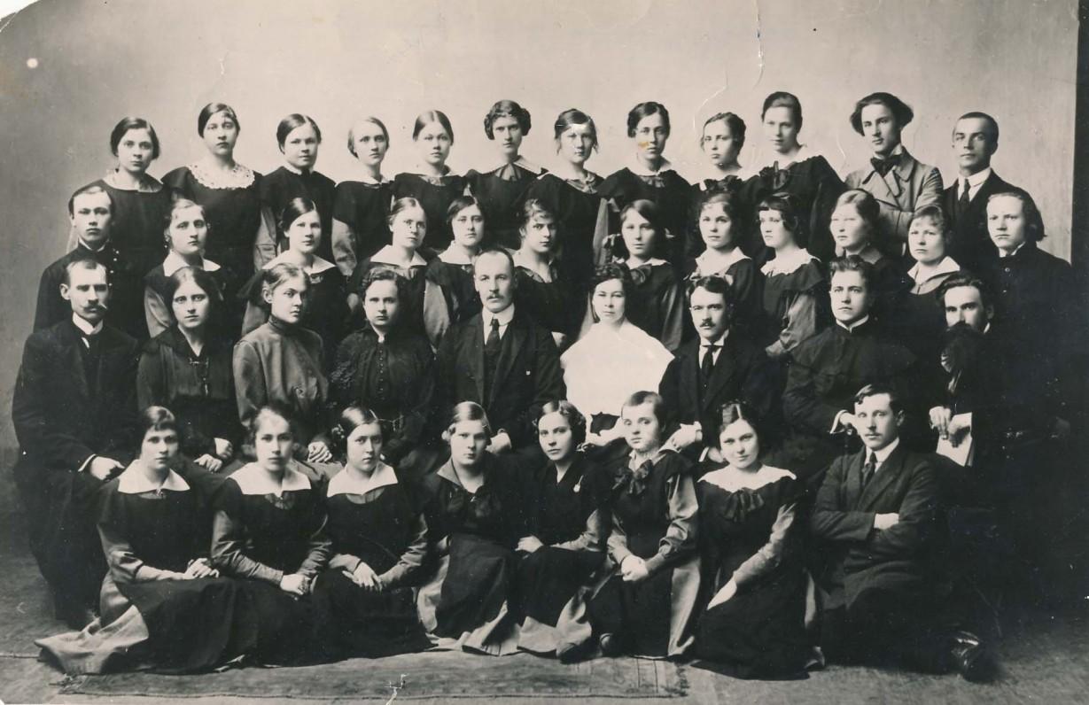 """S. Čiurlionienė (sėdi antroje eilėje iš kairės antra) su pedagoginių """"Saulės"""" kursų Voronežo gimnazijoje mokiniais ir mokytojais. 1918 m."""