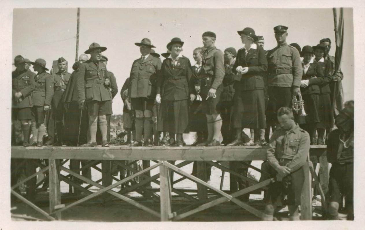 S. Čiurlionienė (stovi centre) tarp skautų. Apie 1932 m.