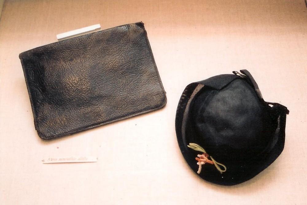 S. Nėries juodas odinis rankinukas ir skrybėlaitė