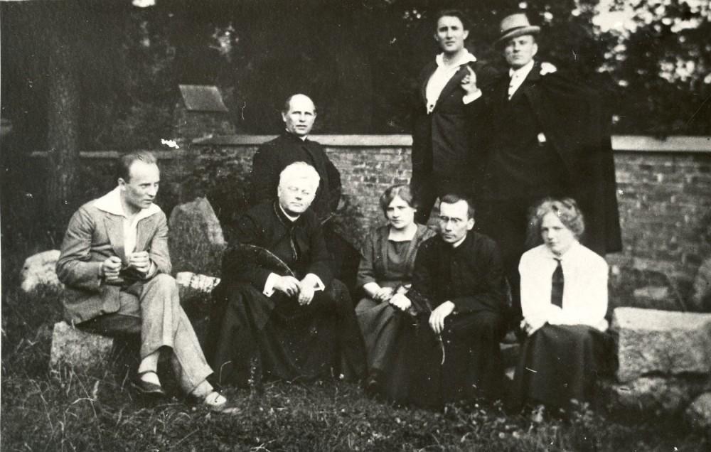 Šalia Birštono bažnyčios. Apie 1924 m.