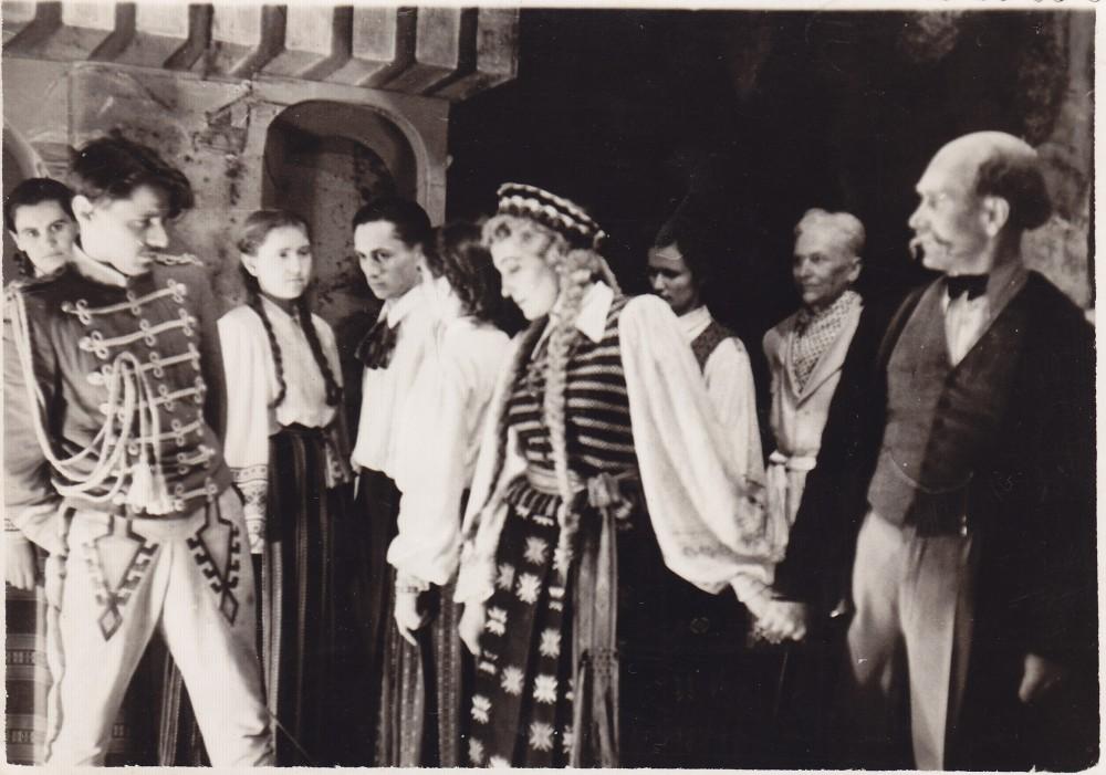 """Scena iš A. Liobytės pjesės-pasakos """"Kupriukas muzikantas"""". A. Liobytė (centre) ir Pakruojo vidurinės mokyklos saviveiklos kolektyvas. Pakruojis, 1956 m."""