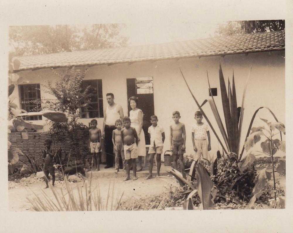 Šeima prie namų. Brazilija, apie 1946–1950 m.