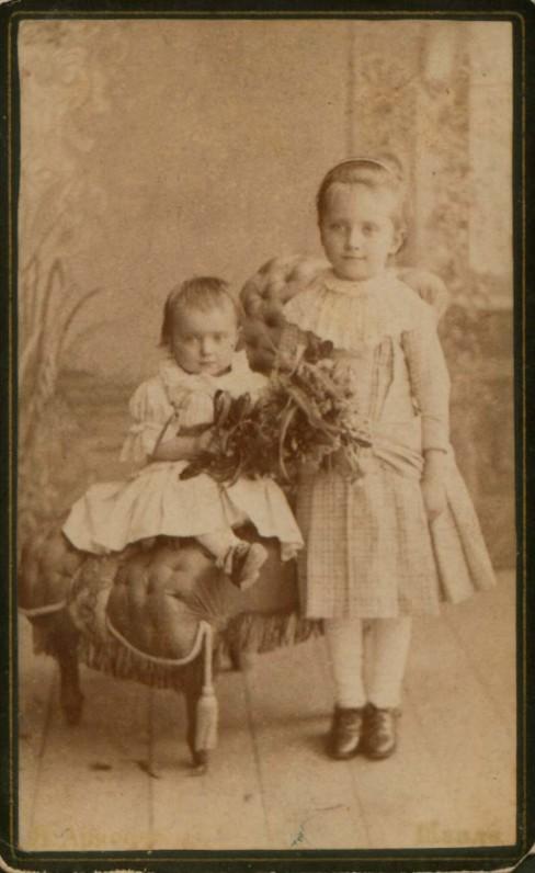 Šešerių metų Sofija su sesute Jadvyga. J. Arnsono nuotrauka. Šauliai, 1892 m.