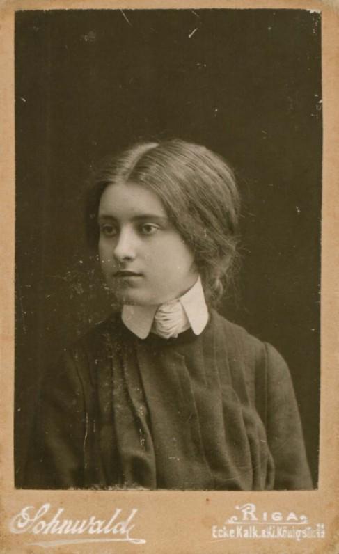 Sofija Kymantaitė, baigusi gimnaziją Rygoje. S. Zonvaldo nuotrauka. Ryga, 1904 m.
