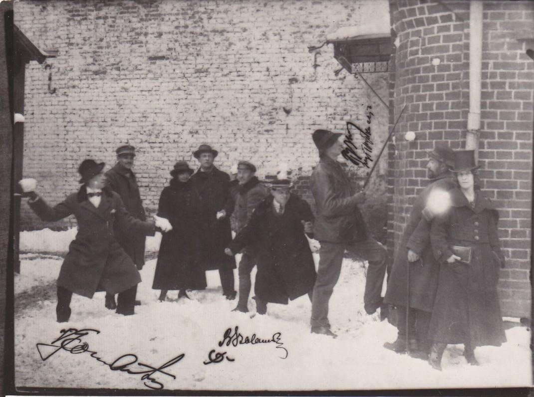 """Su """"Vilkolakio"""" klubo nariais. B. Sruoga trečias iš dešinės. Kaunas, apie 1920 m."""