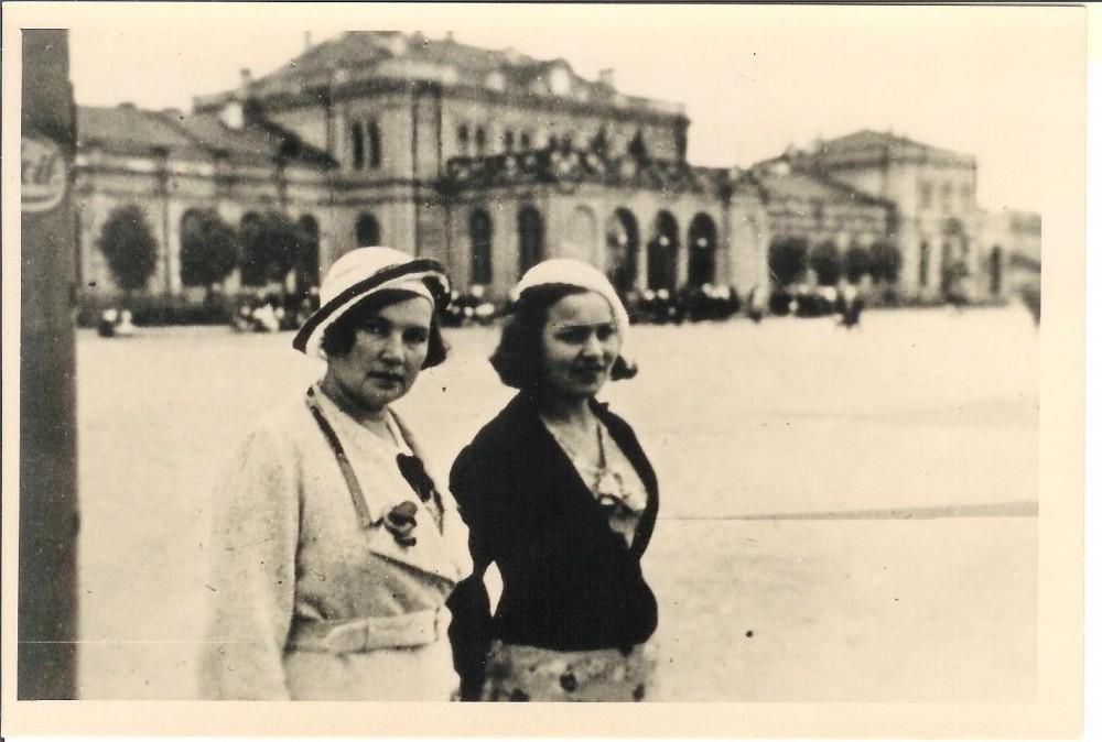Su A. Didžiulyte-Kazanavičiene. Kauno stotis. 1934 m.