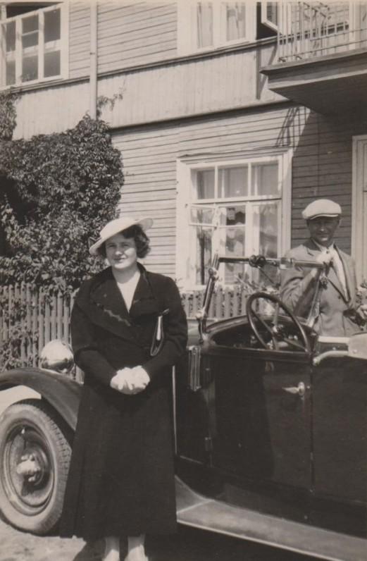 Su B. Sruoga prie Žemuogių g. namo Nr. 4 a., kuriame gyveno 1927–1938 m. Kaunas. 1937 m.