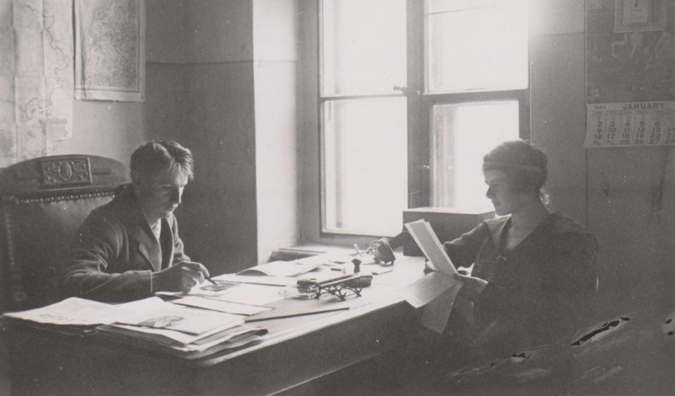 """Su Baliu Sruoga """"Lietuvos"""" laikraščio redakcijoje. Kaunas. 1920 m."""