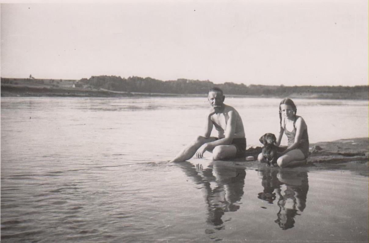Su Baliu Sruoga prie Nemuno. Apie 1938 m.