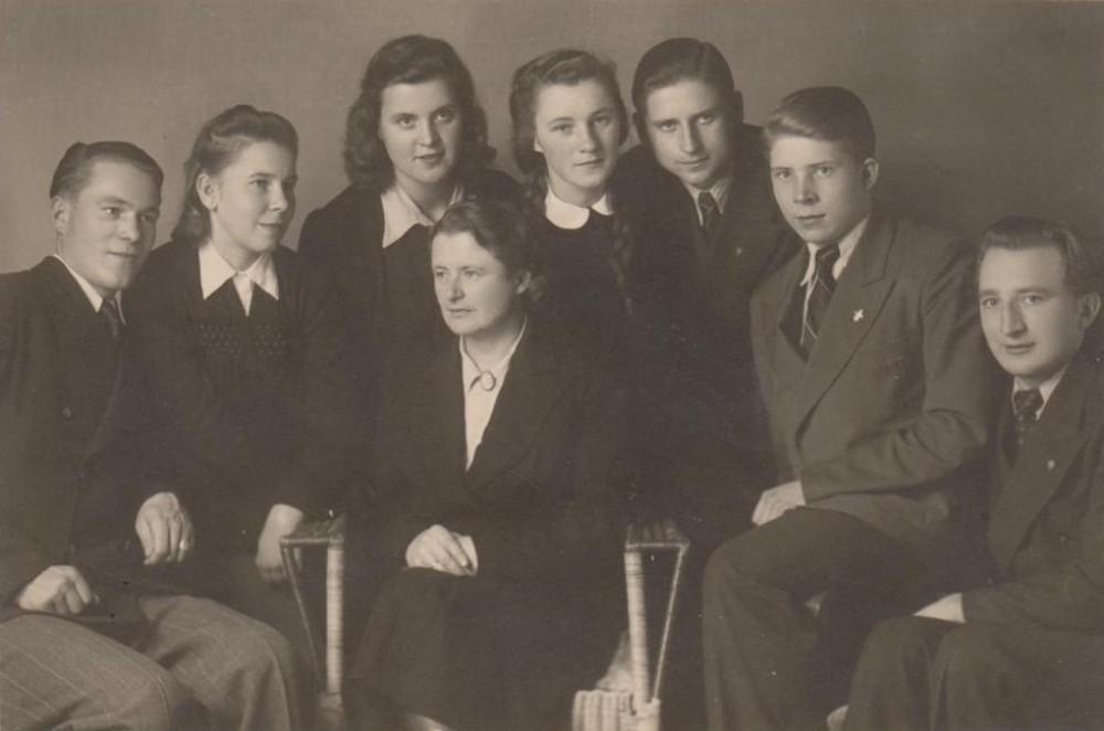 Su Detmoldo lietuvių gimnazijos abiturientais. 1946 m.