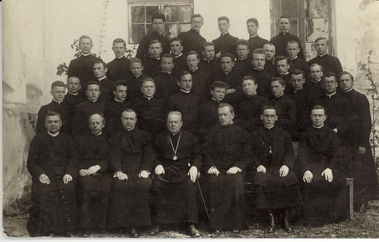 Su Kauno kunigų seminarijos profesoriais ir kunigais. 1930 m.