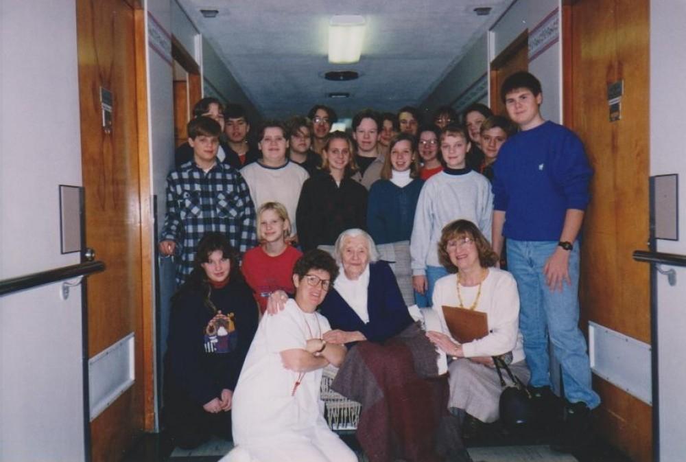 Su Lemonto lituanistinės mokyklos istorikų būrelio moksleiviais ir mokytojais. Holy Family vila. 1996 m. sausis