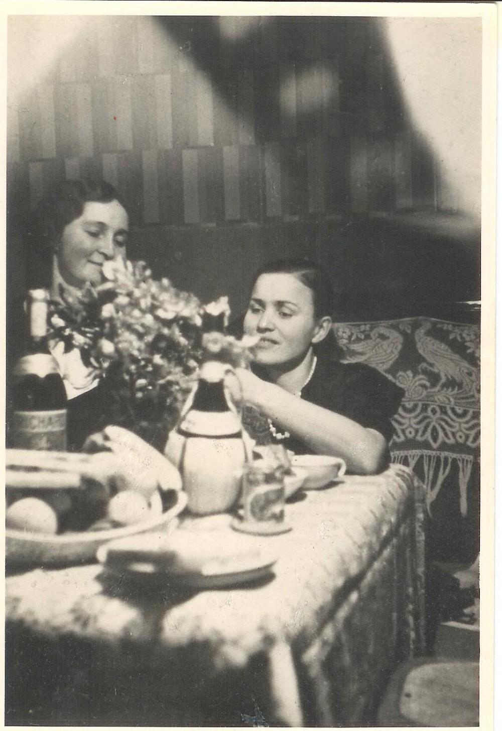 Su P. Orintaite viešbučio kambaryje. Paryžius. 1936 m. gruodžio 12 d.