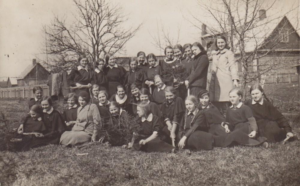 Su Panevėžio valstybinės gimnazijos mokinėmis medelių sodinimo šventėje. Panevėžys. 1936 m. balandžio 25 d.