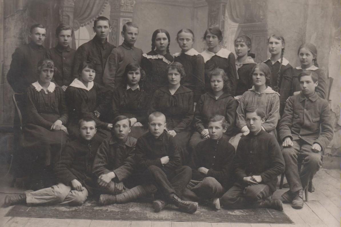 Su Šiaulių gimnazijos auklėtiniais. 1911 m.